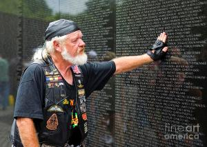 vietnam-veteran-pays-respect-to-fallen-soldiers-at-the-vietnam-war-memorial-b-christopher